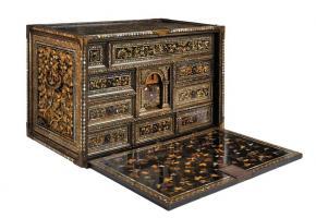 La réalisation de ce coffret à bijoux décoré de vermeil, émaux, perles baroques, camées et rubis, date de 1850