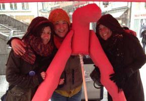Céline Misiego,Sophia Benabdeslam,Lauriane Pichonnaz, récemment sur la place de la Riponne, où elles ont vérifié les connaissances de la population au sujet du clitoris.dr