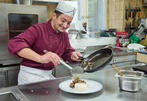 Samuel Ribeiro, apprenti de 2ème année à la Brasserie les Trois Rois, à Lausanne