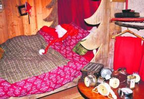 Chut, le Père Noël est dans son lit, il est sans doute très fatigué et il ronfle.