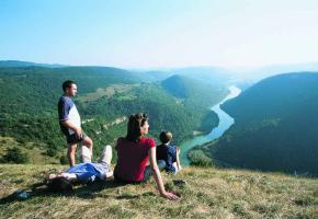Un paysage aux doux sommets idéal pour des randonnées en famille.