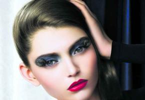 Un teint clair parfaitement unifié, des lèvres bien dessinées et un regard pailleté: le maquillage idéal pour les fêtes!