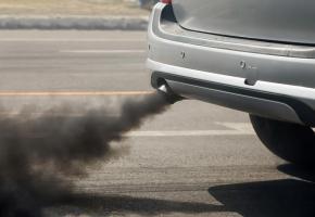 La Municipalité envisage la fin des véhicules thermiques sur son territoire d'ici à 2030. En médaillon, le politologue René Knüsel. 123RF