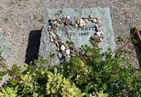 La tombe d'Hugo Pratt sur laquelle des aficionados déposent de temps en temps quelques crayons. PHK