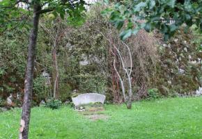 Balthus repose dans le jardin de la chapelle dédiée à sa mémoire dans le petit village de Rossinière. DR