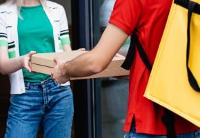 Les plateformes de livraison assurent prendre toutes les mesures pour protéger la sécurité de leurs clientes. 123RF