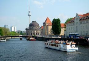 Il est possible de rallier l'île aux musées par bateau. Potsdamer Platz, vitrine du Berlin futuriste. Un ascenseur est intégré dans cet aquarium géant. Alexander Platz a bien changé depuis l'ex-RDA. Le saisissant mémorial de l'Holocauste.