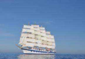 Le Royal Clipper offre au vent plus de 5000 mètres carrés de voilure pour le plus grand plaisir des passagers. Le pont vu du mât. Des marins équilibristes. Lever de soleil près de Minorque.