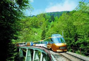 Le train, meilleur moyen d'aller à la découverte des trésors de la région. DR Splendeur des cimes. DR Une insolite «voiture-cave». DR Un panorama grandiose. DR Petite pause ludique au cours d'une randonnée sur l'Alpe. DR