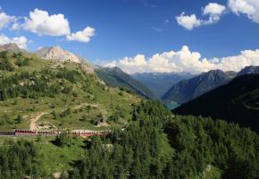 L'un des parcours ferroviaires les plus spectaculaires du monde. Escale de charme à l'hôtel Le Prese, de Poschiavo. Le centre de Poschiavo est également appelé borgo (bourg).