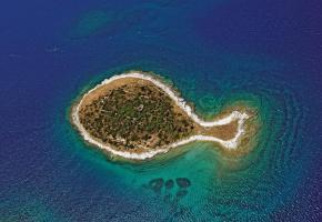 Près de 150 îles, îlots et récifs composent le fabuleux archipel des Kornati. La Croatie est aussi très appréciée pour ses criques aux eaux cristallines. Une visite de Dubrovnik s'impose. Tout réverbère la lumière sur les remparts et dans les ruelles marbrées de Dubrovnik.