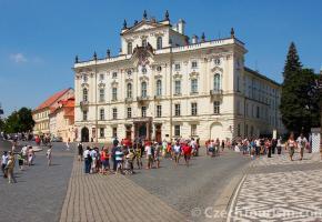 Parmi les ponts de Prague sur la Vltava, le plus célèbre est le pont Charles (au centre) avec ses statues et ses tours fortifiées. Le monument à Franz Kafka, de Jaroslav Róna. La place du château avec, au fond, le cloître et la Basilique Saint-Georges. Prague offre au visiteur le charme d'une ville historique qui mèle vieilles pierres et attractions modernes.