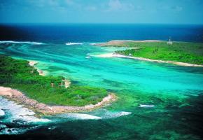 Les îles de Petite-Terre dépendent de La Désirade et sont un ensemble écologique marin et terrestre classé réserve naturelle intégrale. COMITé DU TOURISME ÎLES DE GUADELOUPE La baie des Saintes. La Désirade, une seule route et des sentiers protégés.