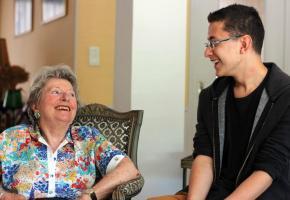 Seniors et jeunes se retrouvent enfin grâce à un nouveau modèle de cohabitation. DR