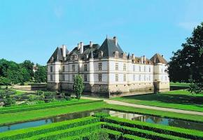 Le château de Cormatin. ALAIN DOIRE/BOURGOGNE TOURISME Les Hospices de Beaune.  FRANCIS VAUBAN/BOURGOGNE TOURISME A vélo dans le vignoble. ALAIN DOIRE/BOURGOGNE TOURISME Tourisme fluvial sur les canaux de Bourgogne. ALAIN DOIRE/BOURGOGNE TOURISME