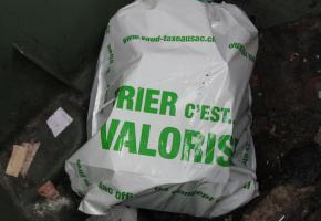 Abandoner un sac poubelle dans la rue peut parfois réserver des surprises. DR