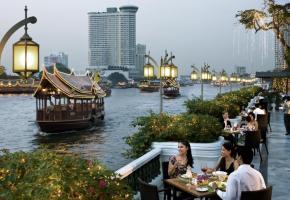 Le fleuve Chao Praya sépare Bangkok en deux.