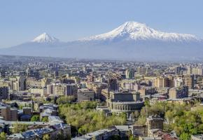 Erevan, avec derrière, le Mont Ararat, montagne sacrée des Arméniens. DR