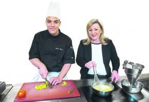 Nuria Gorrite, Conseillère d'État, Cheffe du DIRH accompagnée de Bryan Bellin apprenti de 3ème année au restaurant de l'Hôtel Mirabeau à Lausanne