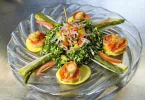 Salade de dent-de-lion aux pointes d'asperges vertes et queues de crevettes géantes sauce curry