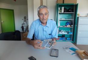 François Marthaler et le fairphone, démonté. DR