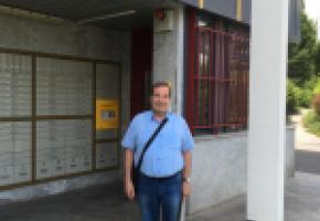 Eric Voruz, ex-Syndic, devant l'office de poste dont il tente, en vain, d'empêcher la fermeture.