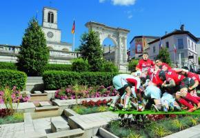 Oyonnax, son église Saint-Léger, son arc monumental et... son équipe de rugby. PHOTOMONTAGE Le lac Genin pour la promenade et la baignade. Culture et sports, l'hiver se décline sur tous les tons à Oyonnax. Oyonnax offre l'air le plus pur de la région Rhône-Alpes. Sport d'hiver grandeur nature. Grande scène du Centre culturel Aragon. L'USO (en rouge et noir) porte haut les valeurs sportives d'Oyonnax.