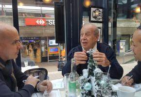 Jean Ziegler (au centre), entouré par les journalistes Philippe Kottelat et Charaf Abdessemed, considère la mort comme un scandale. DR