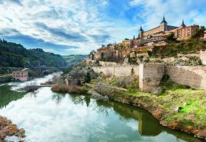 Le Tage baigne Tolède tandis que l'Alcazar domine la capitale de la communauté autonome Castille-La Manche. GETTYIMAGES