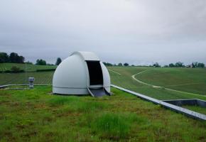 Un téléscope fixe sur le toit du gymnase. E. STEINER
