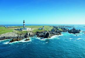 Construit en 1863, le phare du Créac'h est le plus puissant d'Europe. Il abrite, à ses pieds, le célèbre musée des Phares et Balises, un des atouts majeurs du Parc naturel régional d'Armorique. CRTB - Nicolas Job