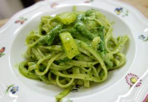 Pâtes à l'authentique «pesto genovese». dr