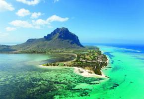 Au pied de la montagne du Morne, le «Paradis Beachcomber Golf Resort & Spa» entouré par l'océan Indien.