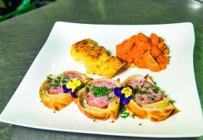 Saucisson en croûte, pommes savoyardes et carottes glacée