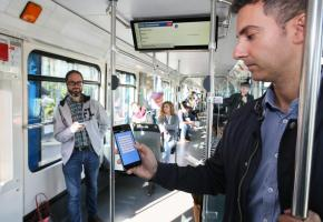 «Pour les usagers, c'est l'occasion de donner leur opinion et d'être entendus, tout en recevant un feedback» Fernando Simas, collaborateur scientifique au Laboratoire de sociologie urbaine de l'EPFL UrbyMe est en phase de test pendant un mois dans le métro m1 et m2. dr