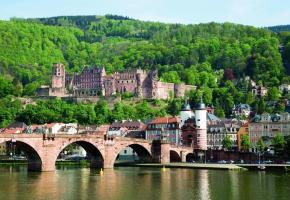 Les gigantesques ruines du château d'Heidelberg, que l'on voit de très loin, dominent la vieille ville. CROISIEUROPE