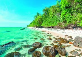 Plage sauvage sur Koh (île) Rok, au sud de Koh Lanta, dans la mer d'Andaman.