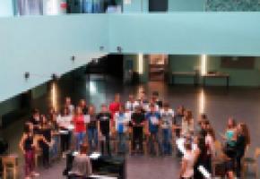 Répétition des chants et travail vocal guidés par Isabelle Favre Pralong dans l'Atrium du Gymnase de Morges (oct. 2017).dr