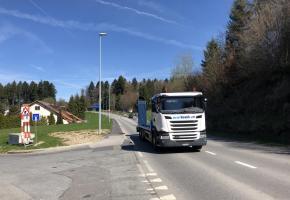 Les autorités n'arrivent pas à se mettre d'accord sur le nombre de camions ou autres véhicules utilitaires qui empruntent cette route quotidiennement. fb
