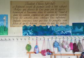 Au collège de Montriod, une plaque commémore l'accueil des réfugiés Belges en CH. DR