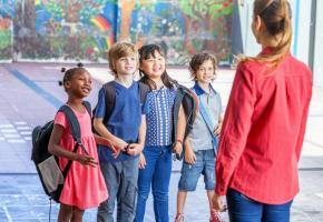 Les travailleurs de l'accueil pour enfants en milieu scolaire, ont souvent un statut d'auxiliaire. 123RF
