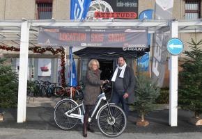 Le concours organisé par les commerçants du Centre Commercial d'Ecublens a connu un vif succès. L'heureuse gagnante s'appelle Simone Jaccaud et a reçu un vélo e-bike d'une valeur de 3'600 francs. Elle pose ici aux côtés de Jean-Gilles Talin, directeur de la maison Sport Attitude. Bonne route!