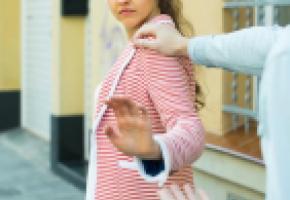 Selon une étude de 2016, 72%  des Lausannoises subiraient des remarques à caractère sexuel dans les lieux publics. 123 RF