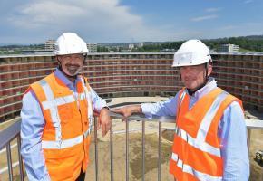 Ian Logan, directeur général de Lausanne 2020, et Sébastien Dauxerre, responsable de ce village olympique. VERISSIMO