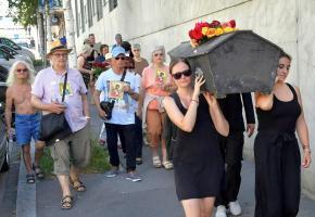 A Aloys-Fauquez, samedi 29 juin, une cinquantaine de personnes ont manifesté en portant un cercueil symbolisant la mort du service public. VERISSIMO