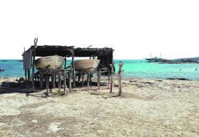 Hangar à bateaux de pêcheurs. La simplicité de l'île séduit les visiteurs. PIXABAY
