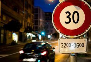 Selon les critères retenus: En vert, les tronçons routiers limités à 30 km/h la nuit. En rouge, les tronçons maintenus en vitesse actuelle.  En rouge pointillé, les tronçons routiers maintenus en vitesse actuelle dans une futur zone modérée. SITRM