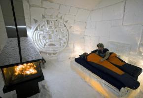 Le village de glace de Québec change chaque hiver de thématique. A Kemi (Finlande), les visiteurs peuvent loger au château de glace. Une chapelle de conte de fées à Lainio (Finlande).