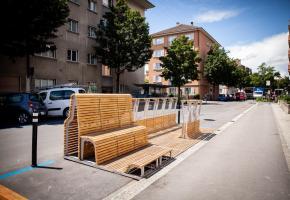 Le parklet du Chemin de Montelly, installé en face de la place de jeux du quartiers et des jardins communautaires.
