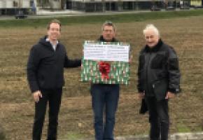 Des membres de l'association Sauvegardons Crissier ont déposé un «cadeau de Noël» à la Municipalité de Crissier, le 2 décembre, soit 350 oppositions au plan de quartier En Chise. DR